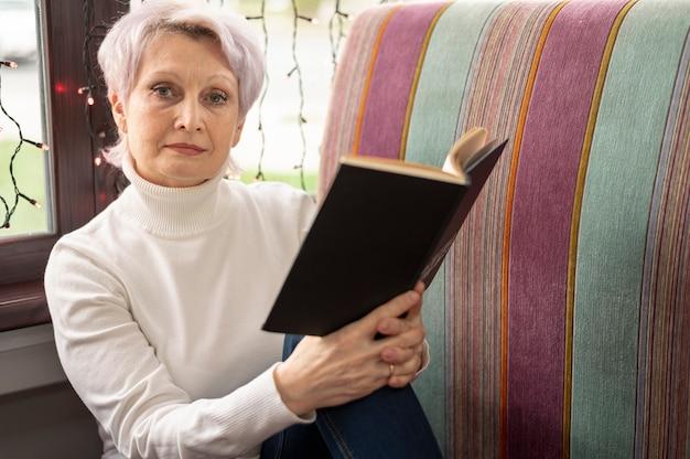 Hoge hoek senior vrouw lezen Gratis Foto