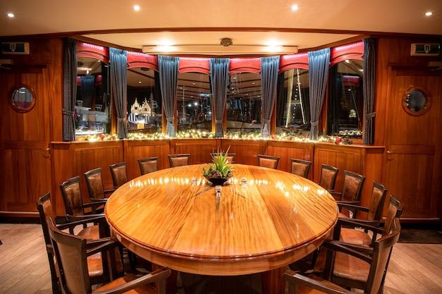 Hoge hoek shot van een chique restaurant ronde tafel met ramen Gratis Foto