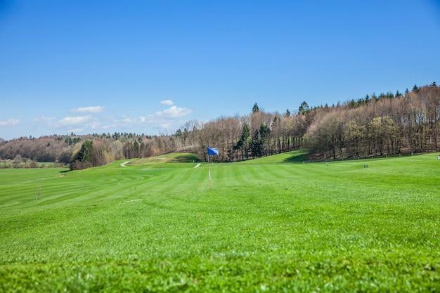 Hoge hoek shot van een golfbaan in otocec, slovenië op een zonnige zomerdag Gratis Foto