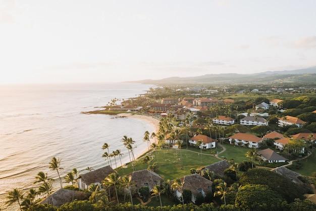 Hoge hoek shot van gebouwen in een prachtige kust met een heldere blauwe lucht op de achtergrond Gratis Foto