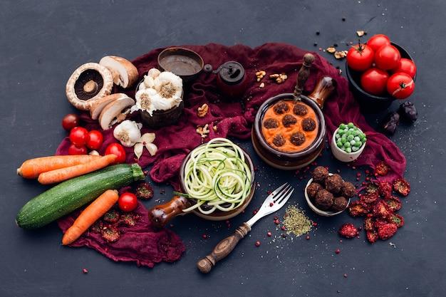 Hoge hoek shot van verse groenten op tafel gelegd Gratis Foto