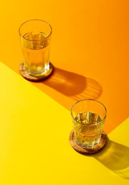 Hoge hoek smakelijke drank in glazen Gratis Foto