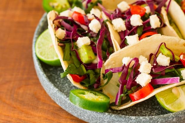 Hoge hoek smakelijke taco's op plaat Gratis Foto