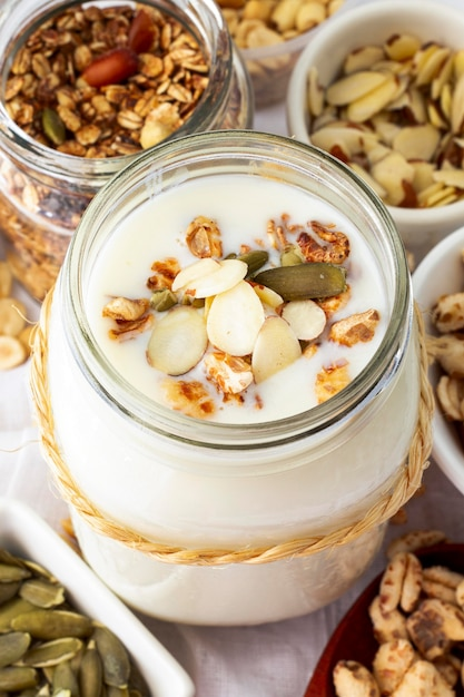 Hoge hoek smakelijke yoghurtpot met granen Gratis Foto