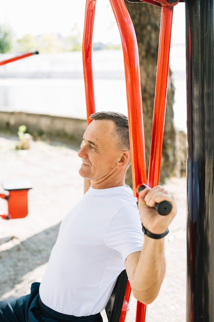 Hoge hoek sportieve senior uit te werken Gratis Foto