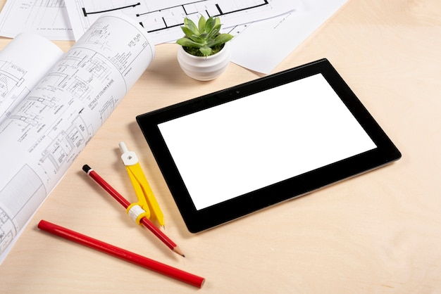 Hoge hoek tablet op bureaumodel Gratis Foto
