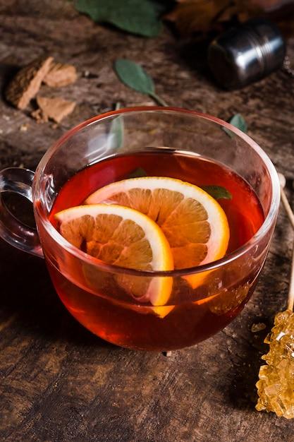 Hoge hoek thee in glas met citroen en gekristalliseerde suiker Gratis Foto