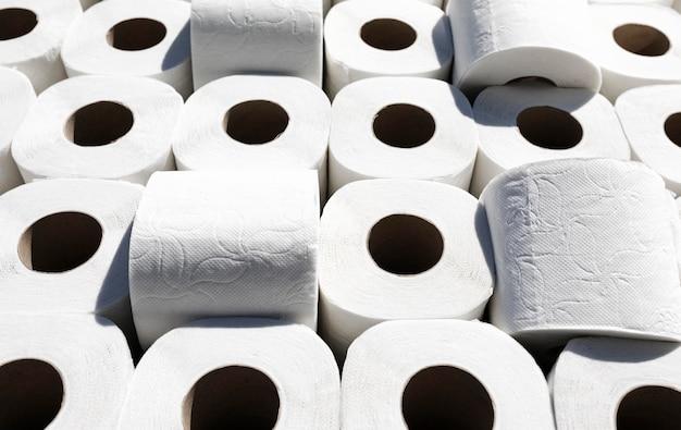 Hoge hoek toiletpapierrollen Gratis Foto