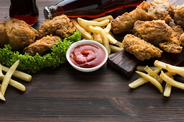 Hoge hoek van amerikaans eten en saus Gratis Foto