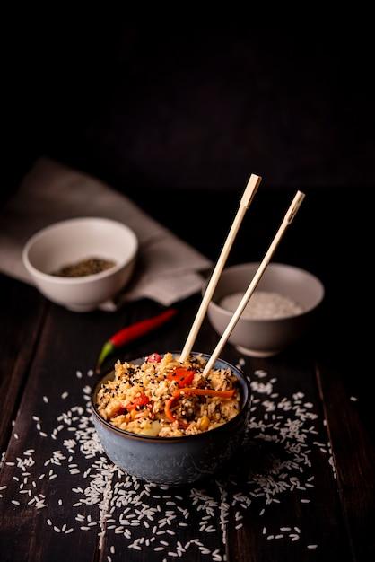 Hoge hoek van aziatisch eten in kom met rijst Gratis Foto