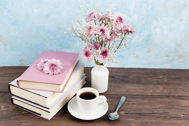 Hoge hoek van boekregeling op houten tafel Gratis Foto
