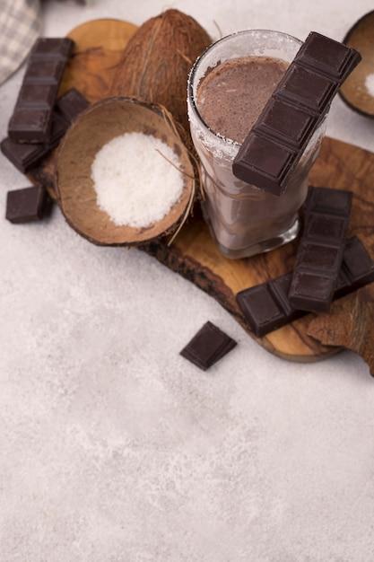 Hoge hoek van chocolade en kokosmilkshakeglas met exemplaarruimte Gratis Foto
