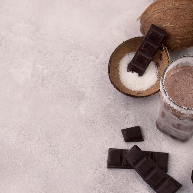 Hoge hoek van chocolade milkshake glas met kokos en kopie ruimte Gratis Foto