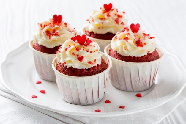 Hoge hoek van cupcakes met hartvormige hagelslag Gratis Foto