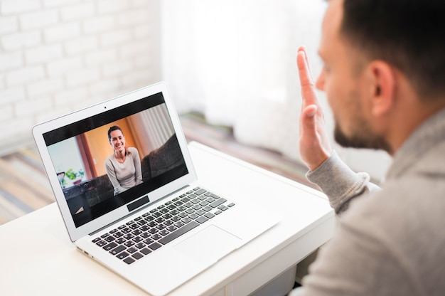 Hoge hoek van de mens met een video-oproep Gratis Foto