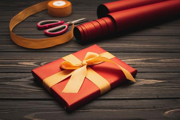Hoge hoek van elegant kerstcadeau met inpakpapier Gratis Foto