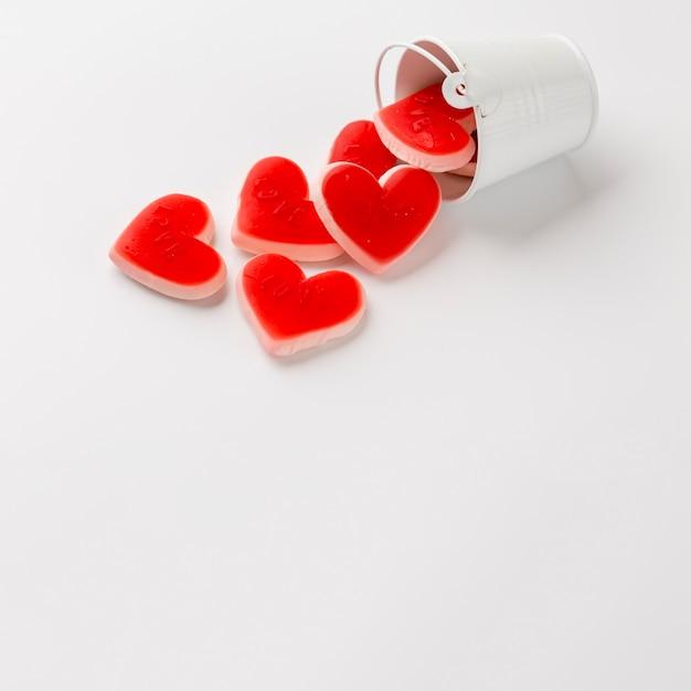 Hoge hoek van emmer met hartvormige snoepjes en kopie ruimte Gratis Foto