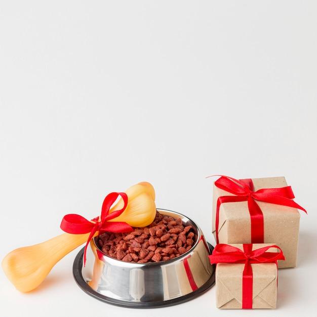 Hoge hoek van etensbak met bot en geschenken voor dierendag Gratis Foto