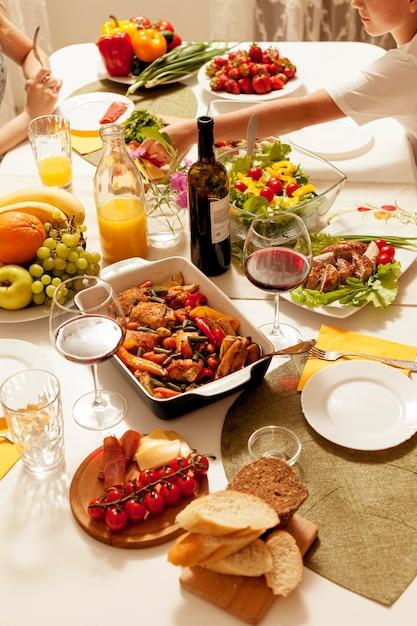 Hoge hoek van gerechten met wijn aan tafel Gratis Foto