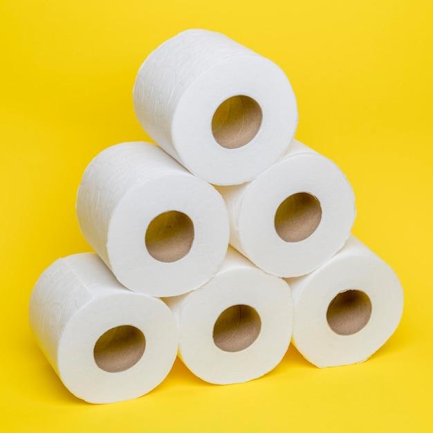 Hoge hoek van gestokte toiler-papierrollen Gratis Foto