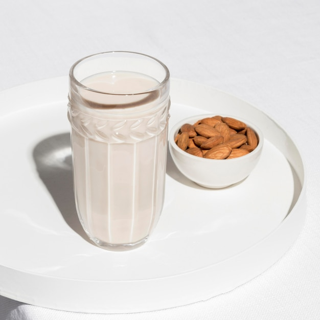 Hoge hoek van glas met melk en amandelen Gratis Foto