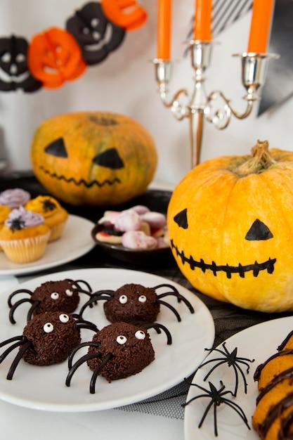 Hoge hoek van halloween-voedselregeling concept Premium Foto
