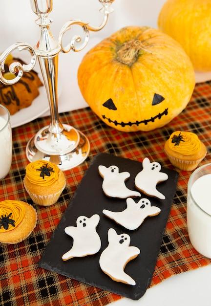 Hoge hoek van halloween-voedselregeling concept Gratis Foto
