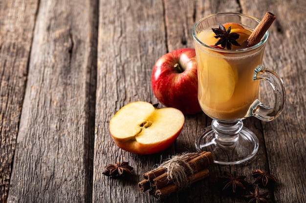 Hoge hoek van heerlijk appelsap Premium Foto