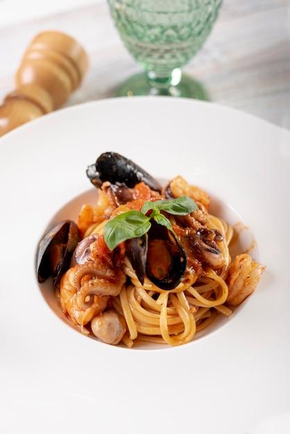 Hoge hoek van heerlijke pasta met zeevruchten Gratis Foto