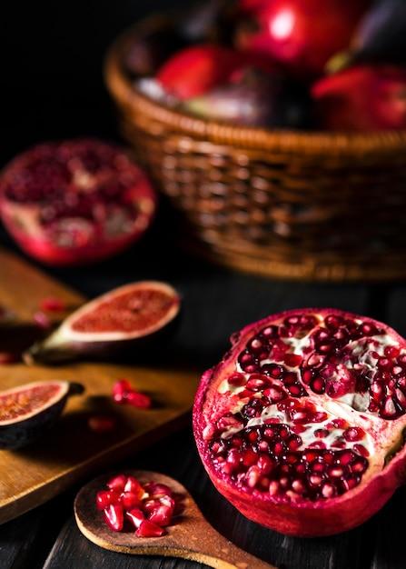 Hoge hoek van herfst vijgen en granaatappel Gratis Foto