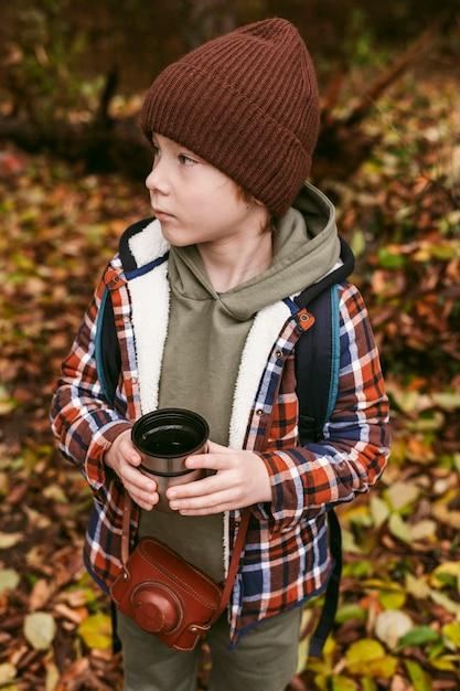 Hoge hoek van het kind buiten op een roadtrip Gratis Foto