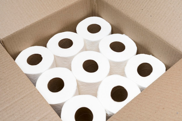 Hoge hoek van kartonnen doos met wc-papierrollen Gratis Foto