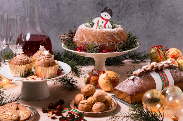 Hoge hoek van kerstfeest met heerlijk eten Gratis Foto