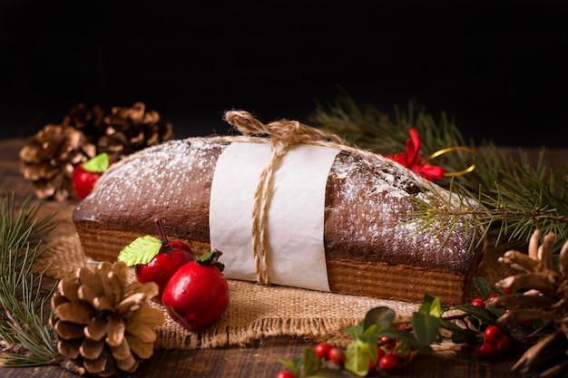 Hoge hoek van kerstmiscake met denneappels Gratis Foto