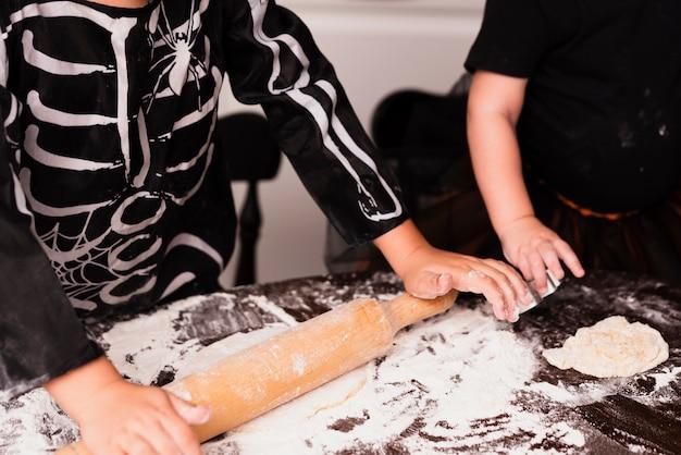 Hoge hoek van kleine jongen cookies maken Gratis Foto