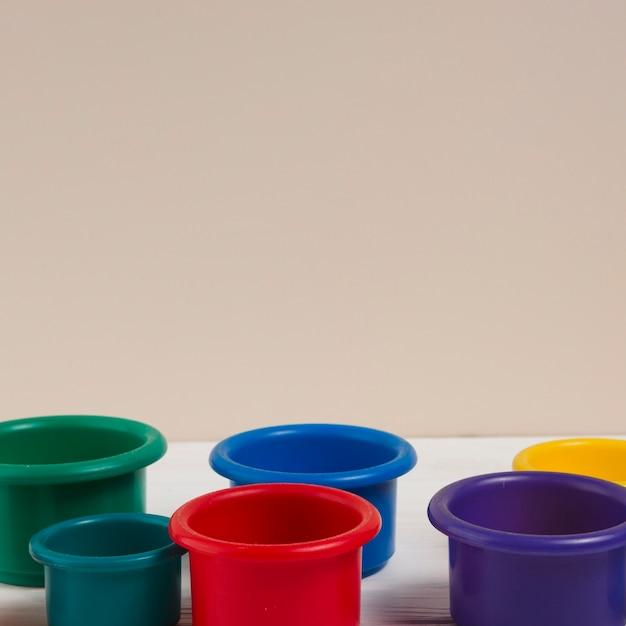 Hoge hoek van kleurrijke bekers voor baby shower Gratis Foto