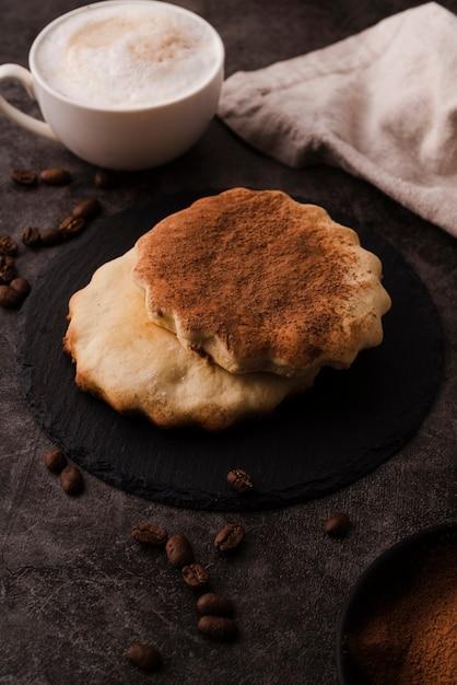 Hoge hoek van koekjes met cacaopoeder bovenop Gratis Foto
