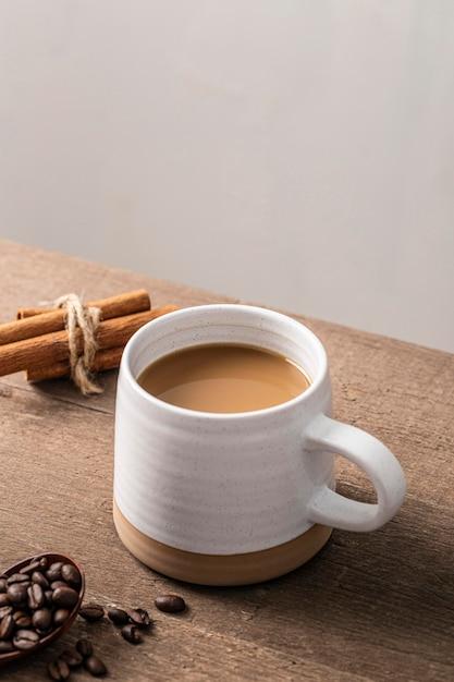 Hoge hoek van koffiemok met pijpjes kaneel Gratis Foto