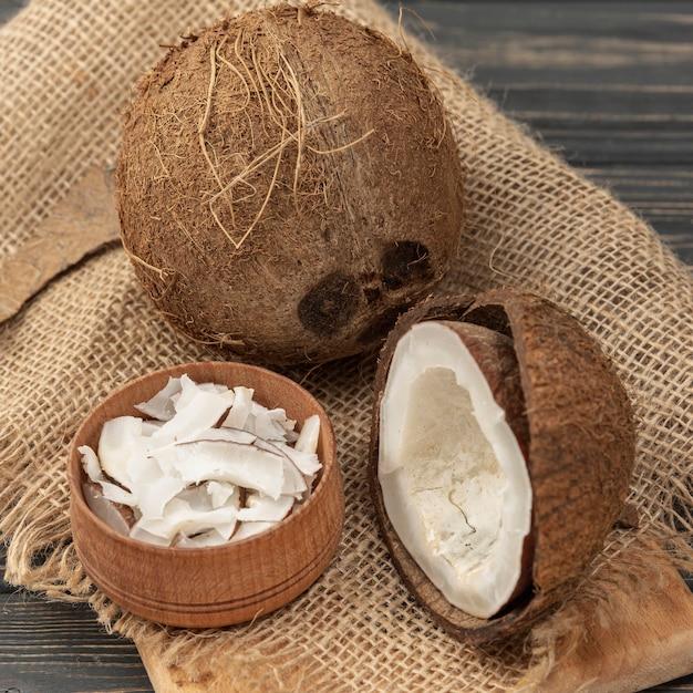 Hoge hoek van kokosnoot op jute Gratis Foto