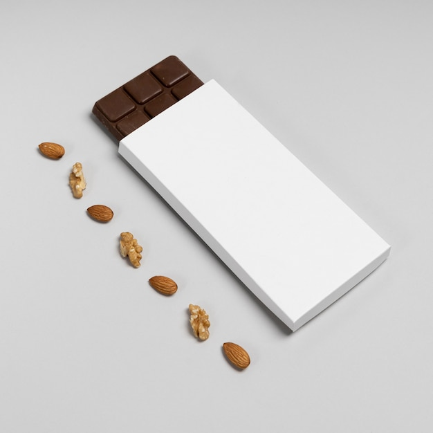 Hoge hoek van leeg chocoladereeppakket met noten en exemplaarruimte Gratis Foto