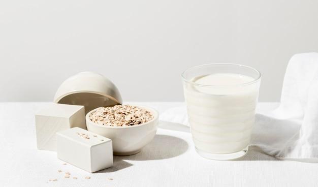 Hoge hoek van melkglas met havermout Gratis Foto
