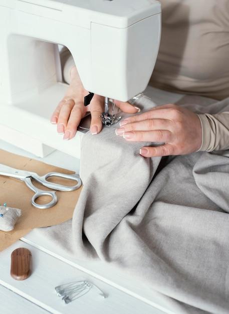Hoge hoek van naaister met behulp van naaimachine Gratis Foto