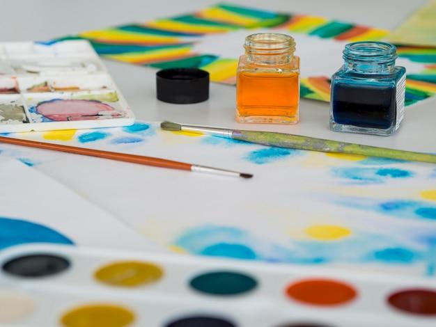 Hoge hoek van penseel met aquarel Gratis Foto