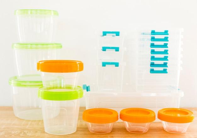 Hoge hoek van plastic voedsel containers Gratis Foto