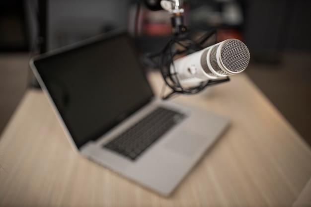 Hoge hoek van radiomicrofoon en laptop Gratis Foto