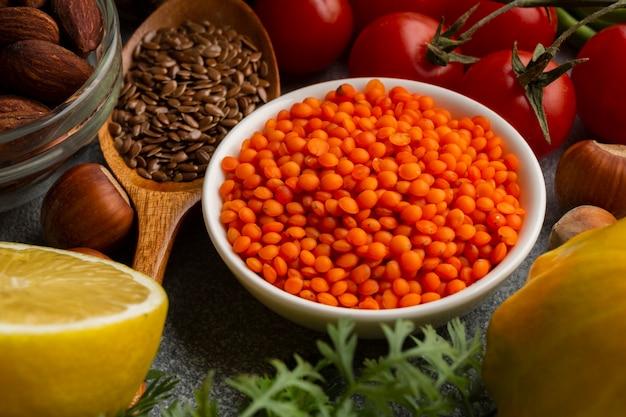 Hoge hoek van specerijen en tomaten Gratis Foto