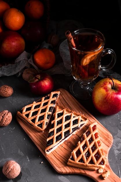 Hoge hoek van taartplakken met thee Gratis Foto