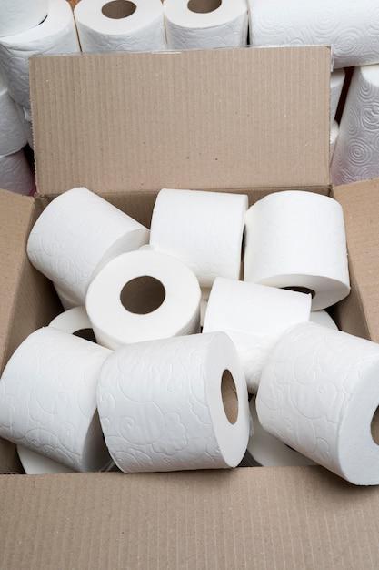 Hoge hoek van toiletpapierrollen in kartonnen doos Gratis Foto