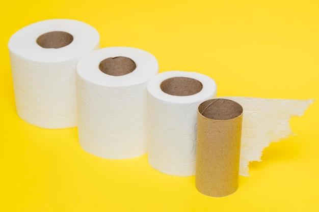Hoge hoek van toiletpapierrollen met kartonnen kern Gratis Foto