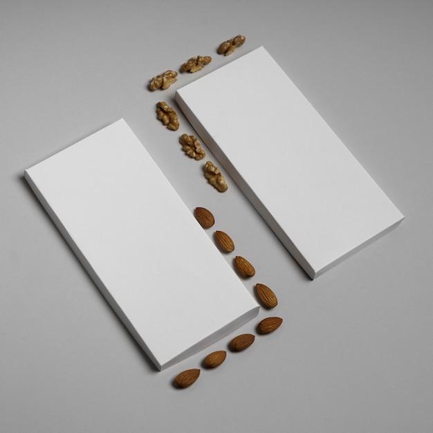 Hoge hoek van twee lege chocoladerepenpakketten met noten Gratis Foto